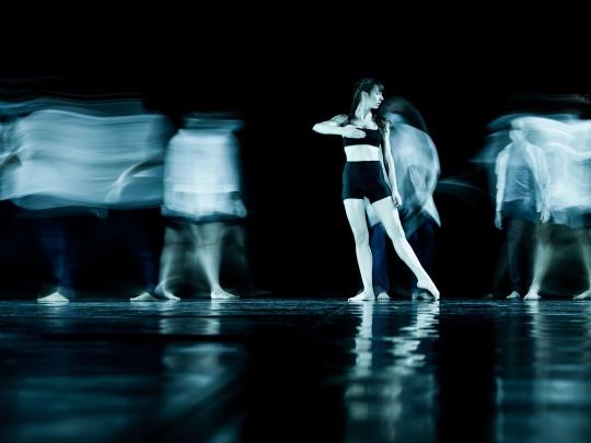 Dansatori in spectacolul Babel de la Linotip